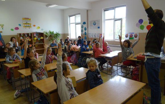 Първи посещения на училища